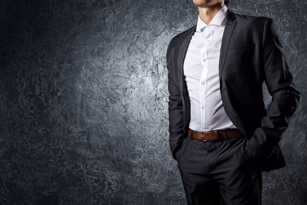 Mand i habitbukser og jakke
